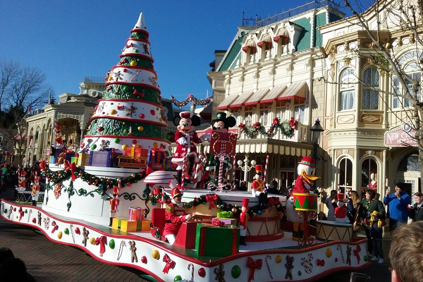 Disney Christmas Parade.Disney Parade Min And Mick Dbn Ncn Greatdays Group Travel