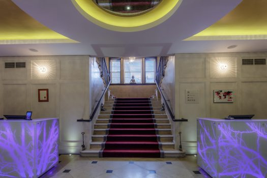 DoubleTree by Hilton London Greenwich, London - Lobby Central Staircase