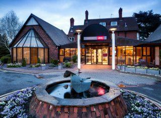 Mercure Hull Grange Park Hotel - Exterior in snow