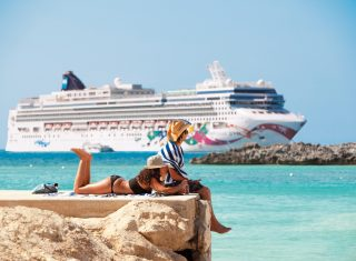 NCL - Lifestyle - Relaxing on quay with ship in background © Norwegian Cruise Line