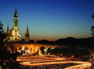 Torchlight Procession - Procession aux flambeaux © Sanctuaire ND Lourdes P Vincent